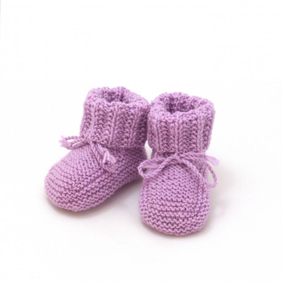527dbf29af466 chaussons bébé violet parme tricotés à la main en 100% laine mérinos